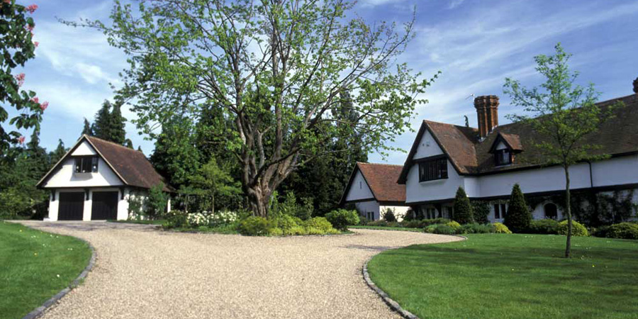 Large Garden with sweeping drive - Berkshire